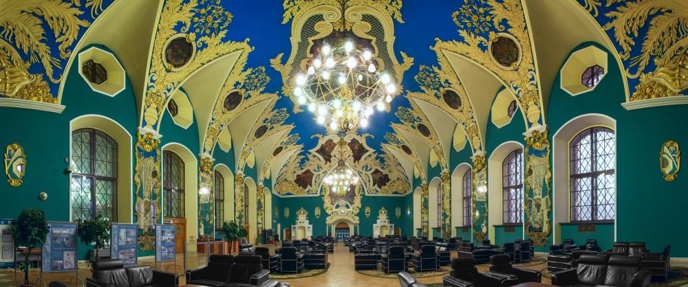 Однако случилась революция, вокзал к тому моменту не достроили, и завершали интерьер ресторана уже в е гг.